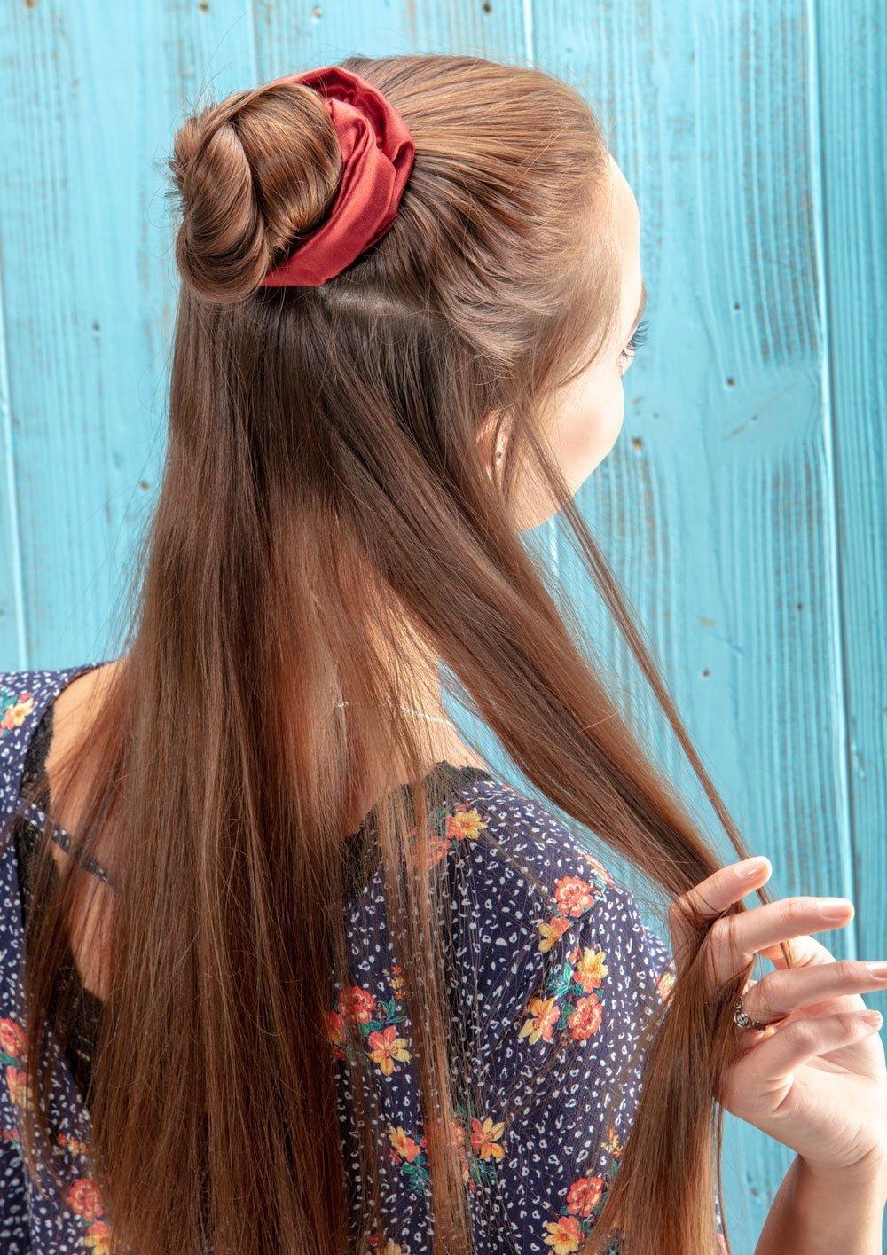 Half Bun mit einem Haargummi aus Seide